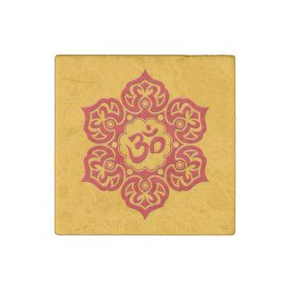 Röd lotusblommablomma Om på gult Stenmagnet