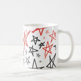 Röd mugg för kaffe för vit- och blåtthand