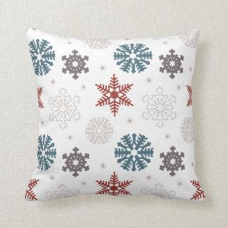 Röd och patriotiskt festligt snöflingormönster för kudde