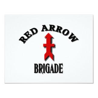 Röd pilbrigadmilitär 10,8 x 14 cm inbjudningskort