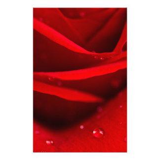 Röd ros med dagg tappar brevpapper