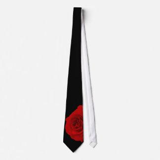 Röd ros på svart bakgrund slips