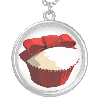 Röd sammetmuffin med pilbågehalsbandet silverpläterat halsband