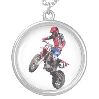 Röd smutscykel silverpläterat halsband