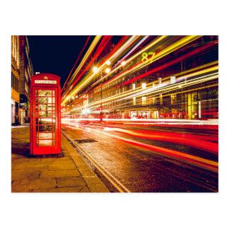 Röd vintage ringer boxas på natten i London Vykort