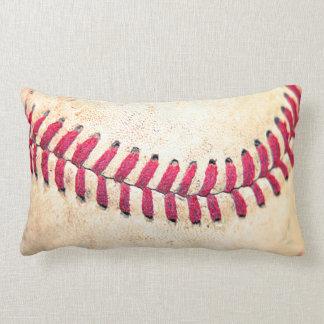 Röd vintagebaseball syr tätt upp fotoet lumbarkudde