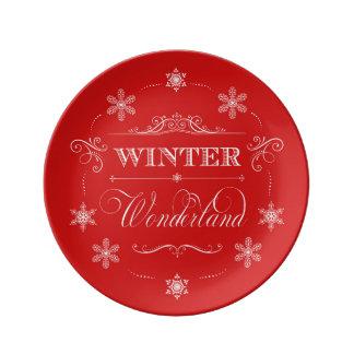Röd vinterunderland och vitjulsnö porslinstallrik