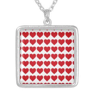 Röda godishjärtor för läppstift på vit silverpläterat halsband