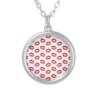Röda kyssar för läppstift silverpläterat halsband