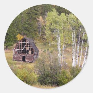 Röda ladugård- och björkträd runt klistermärke