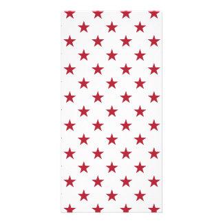 Röda stjärnor för USA flagga på vitdekorativ kudde Fotokort