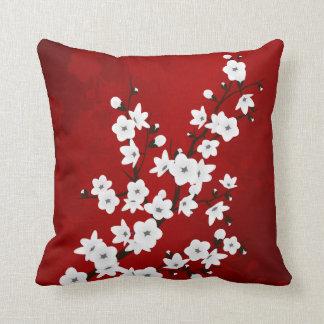 Röda svartvita körsbärblommar kudde