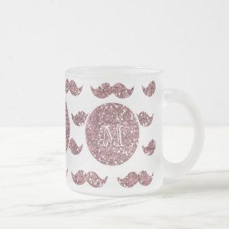 Rodna mönster för rosaglittermustasch din Monogram Frostad Glas Mugg