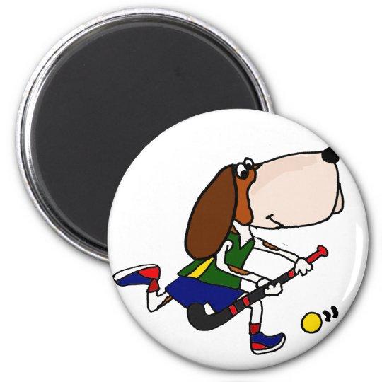 Rolig Bassethund som leker landhockeykonst Magnet Rund 5.7 Cm
