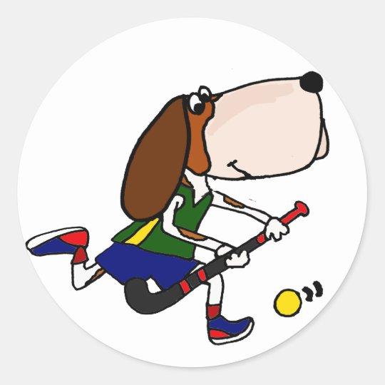 Rolig Bassethund som leker landhockeykonst Runt Klistermärke
