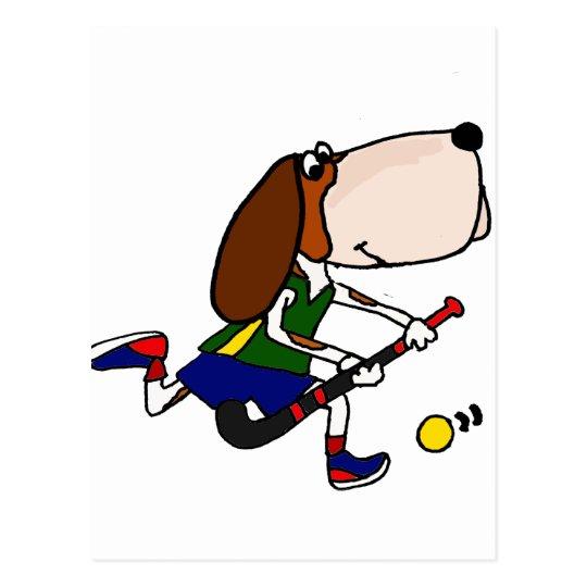 Rolig Bassethund som leker landhockeykonst Vykort