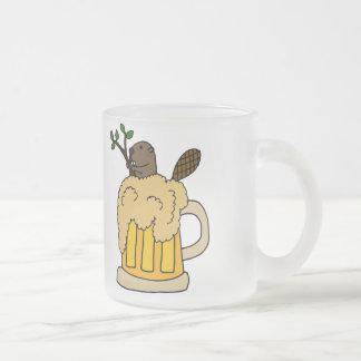 Rolig bäver i ölmugg frostad glas mugg