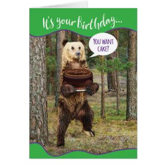 Rolig björn i skogen med födelsedagtårtan hälsningskort
