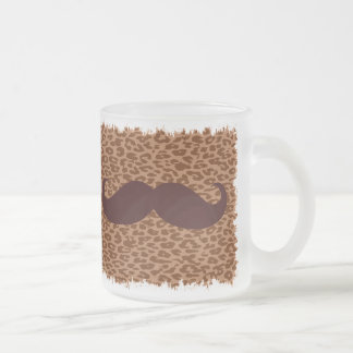 Rolig brun mustasch på leopardtryck frostad glas mugg