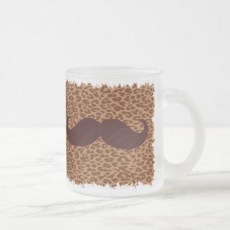Rolig brun mustasch på leopardtryck mugg