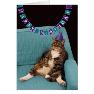 Rolig fet katt i purpurfärgad hattgrattis på hälsningskort