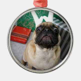 Rolig förvånad mopshund för helgdag (jul) julgransprydnad metall