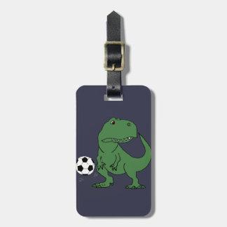 Rolig grön T-rex Dinosaur som leker fotboll Bagagebricka