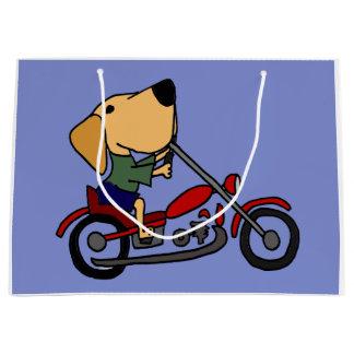 Rolig gul Labrador Retriever på motorcykeln