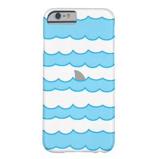 Rolig hajfena på vattenillustration barely there iPhone 6 fodral