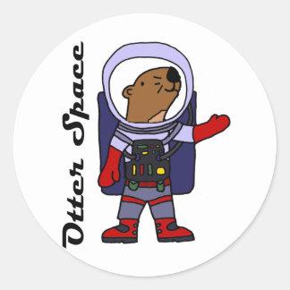 Rolig havsutterastronaut i utrymmekostymtecknad runt klistermärke