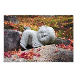 Rolig japansk munkstaty med höst löv fototryck