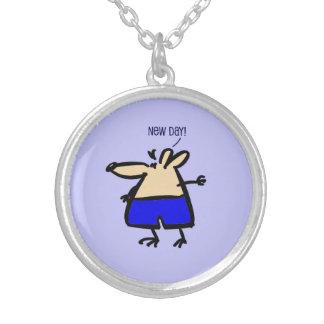 Rolig mus för ny dag på pendent blått b/g halsband med rund hängsmycke