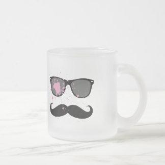 Rolig mustasch och solglasögon frostad glas mugg