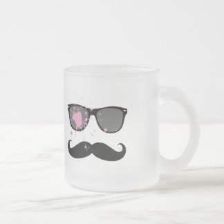 Rolig mustasch och solglasögon kaffe mugg