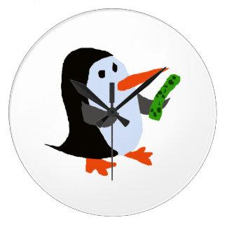 Rolig pingvin med en knipaskjorta stor klocka