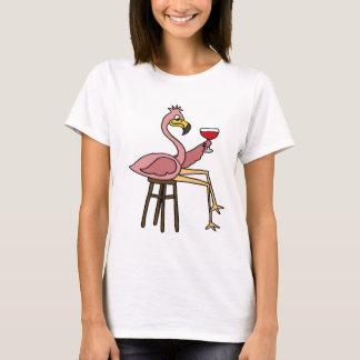 Rolig rosa Flamingo som dricker rött vin Tee Shirts