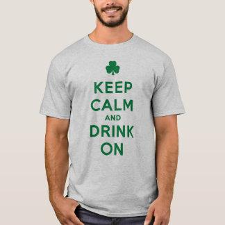 Rolig st patrick's daybehållalugn och drink på t-shirts
