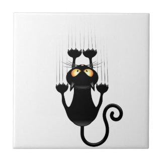 Rolig svart katttecknad som skrapar väggen kakelplatta
