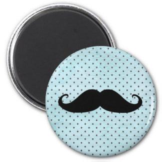 Rolig svart mustasch på krickablåttpolka dots magnet rund 5.7 cm
