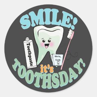 Rolig tandläkaretandhygienist rund klistermärke