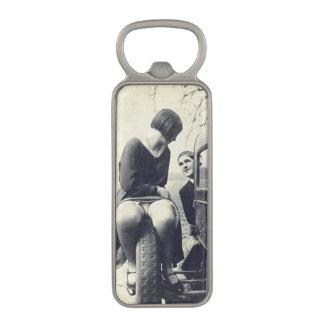 Rolig vintageflicka på däck magnet kapsylöppnare