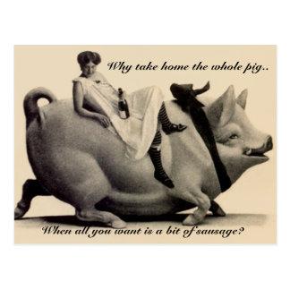 Rolig vintagevykortdam som rider en gris därför vykort