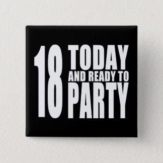 Roliga 18th födelsedagar: 18 i dag och redo som standard kanpp fyrkantig 5.1 cm