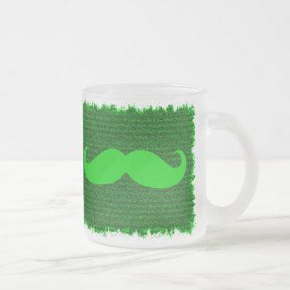 Roliga gröna mustascher frostad glas mugg