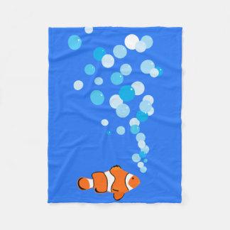 Roliga och gulliga Clownfish och bubblar Fleecefilt