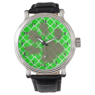 Roliga Pawprint på elkraftgrönt Quatrefoil Armbandsur