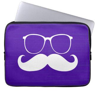 Roliga vitmustaschexponeringsglas på purpurfärgad  laptop sleeve