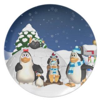 Roligt för helgdag för pingvinfamiljvintern tallrik