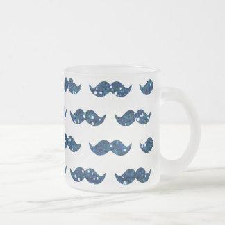 Roligt marinblått utskrivavet glittermustaschmönst kaffe muggar