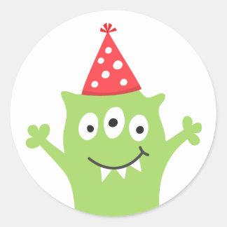 Roligt monster med partyhatten rund klistermärke